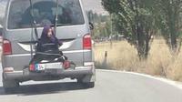 ayah ikat anak di belakang mobil (foto: dream)