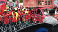 Massa buruh dari Kongres Aliansi Serikat Buruh Indonesia (KASBI) memanas lantaran tidak bisa masuk kawasan Bundaran HI. (Liputan6.com/Putu Merta Surya Putra)