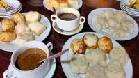 Kue Apem salah satu kuliner khas Cirebon yang keluar setiap bulan safar dalam kalender jawa. Foto (Liputan6.com / Panji Prayitno)