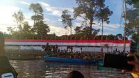 Sambut HUT RI, TNI-Polri bentangkan kain merah-putih sepanjang 75 meter di Papua. (Merdeka.com)