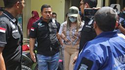 Tersangka Lucinta Luna dibawa petugas usai rilis kasus narkotika di Mapolres Jakarta Barat, Rabu (12/2/2020). Lucinta Luna ditetapkan sebagai tersangka kasus kepemilikan narkoba setelah positif mengonsumsi psikotropika seperti benzo dan ekstasi. (Liputan6.com/Herman Zakharia)