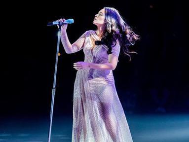 Pelantun lagu 'Kali Kedua' ini sering menggunakan dress panjang dengan tatanan rambut yang terurai. (Liputan6.com/IG/@raisa6690)