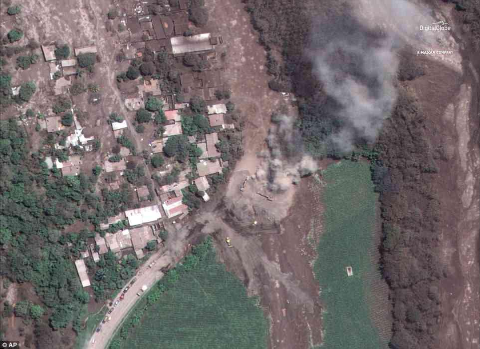 San Miguel Los Lotes yang samar-samar utuh setelah tersapu abu vulkanik Gunung Fuego. Kota tersebut