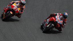 Pebalap Ducati, Jorge Lorenzo dibuntuti Pebalap Honda, Marc Marquez, pada balapan MotoGP 2018 di Sirkuit Catalunya, Spanyol, Minggu (17/6/2018). Lorenzo menjadi yang tercepat dengan catatan waktu 40 menit 13,566 detik. (AP/Eric Alonso)