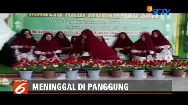 Seorang warga Batam meninggal dunia di atas panggung saat mengikuti lomba kasidah dalam peringatan maulid nabi. Kejadian tersebut sempat terekam kamera penonton.