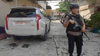 Polisi menjaga ketat penyidik KPK ketika menggeledah rumah pengusaha di Pekanbaru terkait korupsi jalan di Bengkalis. (Liputan6.com/M Syukur)