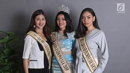 Miss Grand Indonesia 2019 Sarlin Jones (tengah) bersama runner up 1 Cindy Yuliani (kiri) dan runner up 2 Gabriella Hutahaean (kanan) berpose di Kantor KLY, Jakarta, Selasa (3/9/2019). Pemenang kontes ini akan melanjutkan langkah di Miss Grand Internasional 2019. (Liputan6.com/Herman Zakharia)