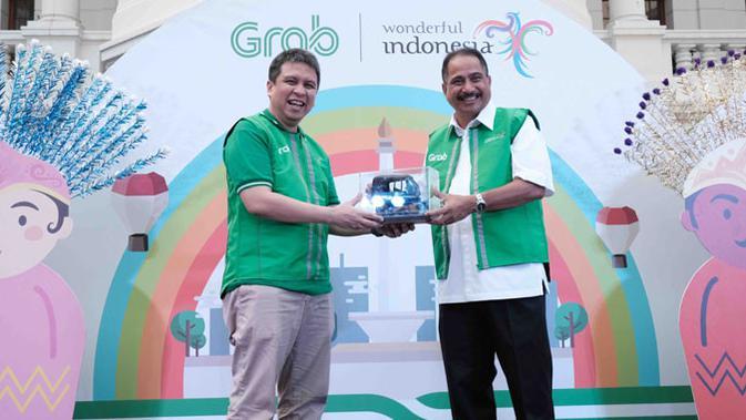 Ridzki Pramadibrata, President Grab Indonesia dan Arief Yahya, Menteri Kemeterian Pariwisata RI saat peluncuran GrabBajay di Jakarta. (Doc: Grab)