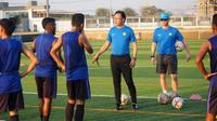 Pelatih Timnas Malaysia U-22, Ong Kim Swee, saat memimpin sesi latihan tim asuhannya di Phnom Penh. (Bola.com/Dok. FAM)