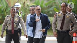 Ketua Umum PAN Zulkifli Hasan (tengah) saat tiba di Gedung KPK, Jakarta, Jumat (14/2/2020). Zulkifli Hasan hanya melambaikan tangan dan langsung masuk ke lobi Gedung KPK tanpa berbicara apapun. (merdeka.com/Dwi Narwoko)