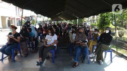 Warga menunggu untuk mengikuti vaksinasi COVID-19 di Plaza Pondok Gede, Bekasi, Jawa Barat, Selasa (27/7/2021). Vaksinasi dilakukan kepada warga usia minimal 12 tahun guna menekan penyebaran COVID-19. (merdeka.com/Imam Buhori)