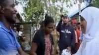Menteri Khofifah Parawansa melihat kondisi rumah warga yang rusak berat akibat gempa.