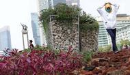 Warga berjalan-jalan di area taman dekat Instalasi Gabion saat CFD di kawasan Bundaran Hotel Indonesia, Jakarta, Minggu (25/8/2019). Instalasi Gabion berdiri di lokasi bekas seni anyaman bambu Getah Getih dan diletakkan bebatuan sebagai penghias. (Liputan6.com/Helmi Fithriansyah)