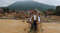 Menko PMK Muhadjir Effendy menyambangi pengungsi banjir Jabodetabek di Kabupaten Lebak, Banten dan Pasir Madang, Bogor pada Kamis (4/1/2020). (Dok Kementerian Koordinator Bidang Pembangunan Manusia dan Kebudayaan/Kemenko PMK)