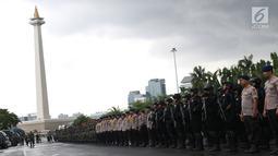 Pasukan gabungan mengikuti apel kesiapan pengamanan malam pergantian tahun di kawasan Silang Monas, Jakarta, Senin (31/12). Apel dipimpin Kapolda Metro Jaya, Irjen Pol Idham Azis bersama unsur terkait. (Liputan6.com/Helmi Fithriansyah)