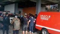 Polisi dan tim identifikasi forensik saat berada di lokasi korban mutilasi di Malang, Jawa Timur (Liputan6.com/Zainul Arifin)