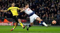 Bek Tottenham Hotspur,  Jan Vertonghen mencetak gol ke gawang Borussia Dortmund pada leg pertama 16 besar Liga Champions di Stadion Wembley, London, Rabu (13/2). Tottenham Hotspur menang telak 3-0 atas Borussia Dortmund. (AP/Alastair Grant)