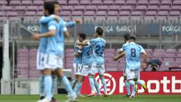 Para pemain Celta Vigo merayakan gol yang dicetak oleh Santi Mina ke gawang Barcelona pada laga Liga Spanyol di Stadion Camp Nou, Minggu (16/5/2021). Barca takluk dengan skor 1-2. (AFP/Pau Barrena)