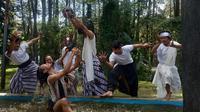 Tujuh penari muda dari Bongkeng Arts Space memperingati Hari Bumi di Tahura Juanda Bandung, Kamis (22/4/2021). (Liputan6.com/ Dikdik Ripaldi)