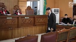 Musikus Ahmad Dhani bersiap menjalani sidang kasus ujaran kebencian  di PN Jakarta Selatan, Senin (23/4). Sidang lanjutan kali ini adalah pembacaan eksepsi atau nota keberatan atas dakwaan Jaksa Penuntut Umum (JPU). (Liputan6.com/Faizal Fanani)