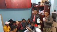 Pelaku perjudian di Kabupaten Tangerang, Banten, yang ditangkap Polresta Tangerang, Sabtu (26/8/2017). (Liputan6.com/Pramita Tristiawati)