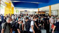 Ratusan TKA asal China yang kedapatan pulang kampung melalui Bandara Sultan Babullah, di Akehuda, Ternate Utara, Rabu 13 Mei 2020. Para TKA ini bertolak menurut Jakarta. (Liputan6.com/Hairil Hiar)