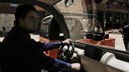 Pengusaha Mesir Ahmed Saeed el-Feki mengendarai minicars yang dibuatnya saat uji coba di desa Kerdasa Kairo, Mesir (1/8). Minicars ini merupakan mobil kecil pertama buatan lokal Mesir. (AP Photo/Nariman El-Mofty)