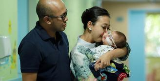 Setelah menjalani rangkaian pengobatan, anak kedua Asri Welas akhirnya diperbolehkan pulang. Seperti diketahui, Ibran anak pemeran dan presenter itu baru saja menjalani operasi. (Deki Prayoga/Bintang.com)