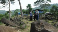 "Sebuah tanda cekuk pada batuan yang ada di areal situs Gunung Padang di Kampung Cimanggu, Cianjur, Jawa Barat, diyakini sebagai tapak ""Maung"" atau Manusia Unggul, (19/9/2014). (Liputan6.com/Helmi Fithriansyah)"