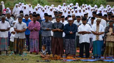 Para petani melaksanakan salat meminta hujan (Istisqa) di Peukan Bada, dekat Banda Aceh, Kamis (23/1/2020). Salat Istisqa bertujuan memohon diturunkannya hujan karena sejumlah wilayah di sana mengalami musim kemarau sehingga menyebabkan kekeringan. (CHAIDEER MAHYUDDIN / AFP)