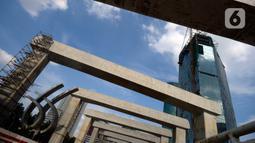 Suasana pembangunan LRT di tikungan Jembatan 66 Kuningan-Dukuh Atas, Jakarta, Senin (6/7/2020). Pembangunan LRT Jabodebek tersebut nantinya akan terkoneksi dengan kawasan terpadu TOD yang menggabungkan transportasi MRT, Kereta Commuter line dan Bus Transjakarta. (merdeka.com/Dwi Narwoko)
