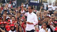 Capres nomor urut 01 Joko Widodo menunjukkan sebuah kartu saat menyapa pendukungnya dalam deklarasi Alumni Jabar Ngahiji di Monumen Perjuangan Kota Bandung, Jawa Barat, Minggu (10/3). Deklarasi bertema 'Ayo Bung Satu Kembali'. (Liputan6.com/Angga Yuniar)