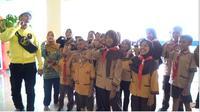 Baim Wong memberikan kejutan kepada anak-anak sekolah dasar Lebaksono di Surabaya untuk diajak ke pabrik es krim terbesar di Indonesia.