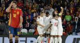 Para pemain Inggris merayakan gol yang dicetak Marcus Rashford ke gawang Spanyol pada laga UEFA Nations League di Stadion Benito Villamarin, Sevilla, Senin (15/10). Spanyol kalah 2-3 dari Inggris. (AFP/Cristina Quicler)