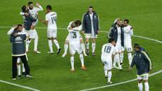 Para pemain Real Madrid merayakan kemenangan atas Barcelona pada laga La Liga Spanyol di Stadion Camp Nou, Barcelona, Minggu (3/4/2016) dini hari WIB. Barcelona takluk 1-2 dari Real Madrid. (AFP/Pau Barrena)
