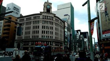 """Turis yang berkunjung ke Jepang untuk berburu barang """"bermerek"""", pasti akan mampor ke Ginza. Di kawasan ini pengunjung bisa berbelanja di butik merek ternama"""