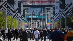 Ribuan penonton berbondong-bondong mendatangi Wembley Stadium untuk melihat klub kesayangan mereka bermain setelah satu tahun lebih sepak bola tanpa penonton di Inggris. (Foto: AFP/Pool/Ben Stansall)