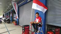 Pebalap Astra Honda Racing Team, Gerry Salim, berpose saat ARRC 2017 di Sirkuit Buriram, Thailand, Sabtu (2/12/2017). Gerry Salim menjadi rider Indonesia pertama yang menjuarai ARRC kelas Asia Production 250. (Bola.com/Muhammad Wirawan)
