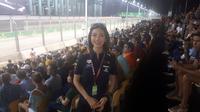 Karla Jasmina saat menonton FA GP Singapura (Liputan6.com / Cakrayuri Nuralam)