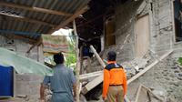 Satu rumah di Dayeuhluhur, Cilacap ambruk usai terdampak gempa bumi perbatasan Cilacap-Kota Banjar. (Foto: Liputan6.com/BPBD Cilacap/Muhamad Ridlo)