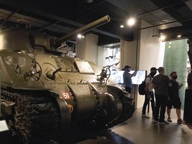 Orang-orang mengunjungi pameran untuk memperingati 75 tahun kemenangan dalam perang antifasis dunia di Imperial War Museum, London, Inggris, 11 Agustus 2020. (Xinhua)