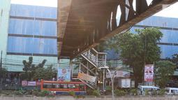 Sejumlah kendaraan melintas di bawah Jembatan Penyeberangan Orang (JPO) Pasar Minggu yang akan segera diturunkan di Jakarta, Kamis (4/4). Dampak dari proses penurunan JPO yang ambruk beberapa tahun lalu tersebut adalah pengalihan arus lalu lintas di sekitar lokasi. (Liputan6.com/Immanuel Antonius)