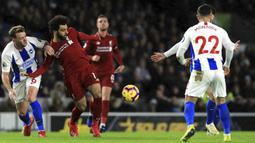 Gelandang Brighton, Dale Stephens, berebut bola dengan gelandang Liverpool, Mohamed Salah, pada laga Premier League di Stadion Vitality, Brighton, Sabtu (12/1). Brighton kalah 0-1 dari Liverpool. (AP/Gareth Fuller)