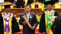 UNS memberikan penghargaan kepada Wapres JK di Auditorium UNS, Senin (12/3).(Liputan6.com/Fajar Abrori)