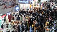 Kerumunan warga saat mengunjungi Blok A Pasar Tanah Abang, Jakarta, Minggu (2/5/2021). Kepadatan pengunjung yang ingin membeli kebutuhan untuk Lebaran tetap terjadi di Blok A dan B Tanah Abang meski petugas gabungan telah berjaga di pintu masuk guna mencegah kerumunan. (merdeka.com/Iqbal S Nugroho)