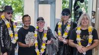 Anas Syahrul Alimi, founder JogjaROCKarta Festival menyambut kedatangan Scorpions di Bandara Adisutjipto Yogyakarta Jumat, (28/2). (Rajawali Comm)