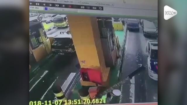 Seorang petugas polisi sampai tiga kali tertimpa tiang pintu tol. Kejadian ini terjadi saat sang polisi coba membuka arus kendaraan saat macet.