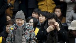 Dua nenek tua mantan budak seks militer Jepang saat melakukan aksi Anti - Jepang di Seoul, Korea Selatan, (30/12). Saat ini hanya ada 53 orang korban yang masih hidup dan rata-rata berumur 90 tahun. ( REUTERS/Kim Hong - Ji)