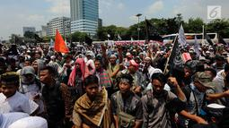 Ormas Islam menggelar aksi unjuk rasa di depan Gedung DPR, Jalan Gatot Subroto, Jakarta, Selasa (24/10). Mereka menggelar aksi saat anggota dewan rapat paripurna yang mengagendakan pengesahan Perppu Ormas menjadi Undang-undang. (Liputan6.com/JohanTallo)