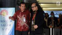 Penyidik KPK Novel Baswedan didampinggi Wakil Pimpinan KPK Saut Situmorang berjalan keluar gedung KPK, Jakarta, Rabu (11/4). Kasus penyiraman air keras Novel Baswedan genap satu tahun. (Merdeka.com/Dwi Narwoko)